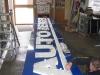 Montage der Einzelbuchstaben auf vollflächig kaschierte Alu-Verbund-Platten.